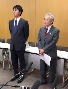 理事会後に取材に応じた清水修顧問弁護士(左)と北原義之広報委員長
