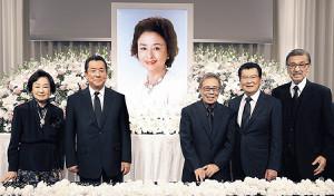 星由里子さんをしのんだ(左から)司葉子、加山雄三、北島三郎、里見浩太朗、宝田明