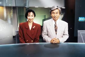 「筑紫哲也NEWS23」に出演していた頃の浜尾朱美さんと筑紫哲也さん