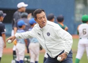 内野手にボールを投げ指導するファンケルパートナーの原辰徳さん