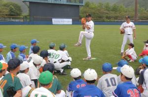 投手を指導する講師の水野雄仁さんと宮本和知さん