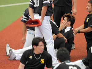 ソフトバンク・柳田は試合前の練習中に打球を頭部に受け、グラウンドに倒れ込んだ