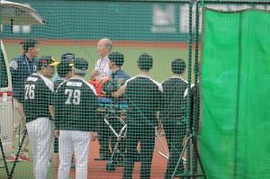 打球直撃を受け、グラウンドまで入った救急車で搬送されるソフトバンク・柳田