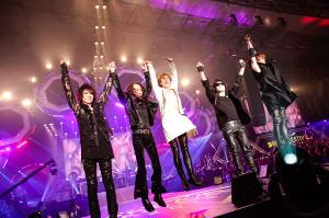 ファンの声援にジャンプで応じるX JAPANの(左から)HEATH、PATA、YOSHIKI、Toshl、SUGIZO
