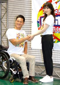 取材会でガッチリ握手を交わした家入レオ、国枝慎吾