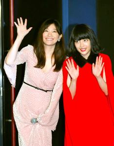 ファンの声援に応える篠原涼子(左)、広瀬すず