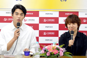 芥川賞作家・柴崎友香さん(右)の出版記念イベントに参加した俳優・東出昌大