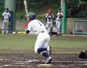 9回、同点となる2点適時打を放った立大・福田