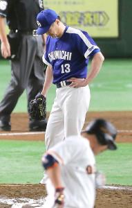7回2死満塁、阿部(手前)に右翼席へ満塁本塁打を打たれた岩瀬