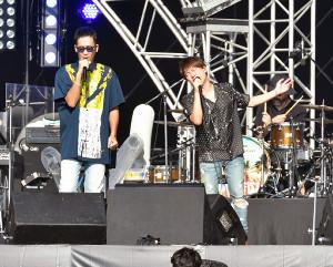 結成20周年記念ライブで歌うコブクロの小渕健太郎(右)と黒田俊介