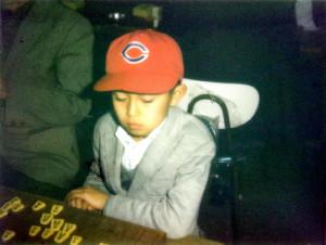 小3の頃の羽生善治少年。見つけやすいように母親がかぶせた広島カープの帽子がトレードマークで「恐怖の赤へル」と恐れられた(写真は全て八木下征男さん提供)