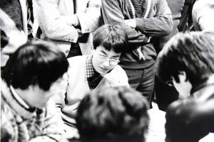 棋士になって間もない頃、道場を来訪した羽生。後に7冠制覇、永世7冠など数々の偉業を成し遂げていく
