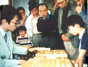 1999年、指導対局で中村太地少年(右)と盤を挟む羽生善治現竜王。2人は後にタイトル戦を3度戦い、昨秋には中村が羽生から王座を奪取した