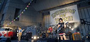 東京・日比谷野外音楽堂で4年目を迎えた同所での単独公演を行ったSHISHAMO(左から)松岡彩、吉川美冴貴、宮崎朝子