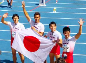 マラガで行われた「世界マスターズ陸上2018」の男子400mリレー(45歳クラス)で優勝した、武井壮(右端)ら。左端は朝原宣治