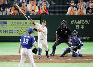 7回2死、阿部が右越えに満塁本塁打を放つ(投手・岩瀬、捕手・松井雅=カメラ・生澤 英里香)