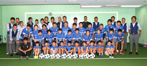 浦和戦後、東松島サッカー少年団の選手たちと記念撮影した横浜Mの選手たち