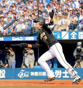 3回1死、左越えに1号満塁本塁打を放った藤浪(カメラ・佐々木 清勝)