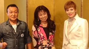 女性デュオ「じゅん&ネネ」のじゅん(右)とネネ(中央)。左は高橋孝志氏