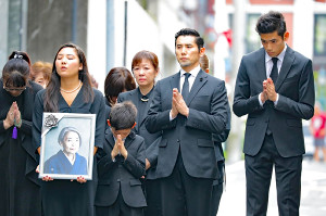樹木希林さんの出棺に手を合わせる(左から)伽羅さん、玄兎くん、浅田美代子、本木雅弘、雅樂さん