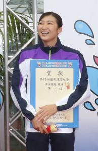 自身が持つ大会タイ記録をマークし優勝した池江(中央)