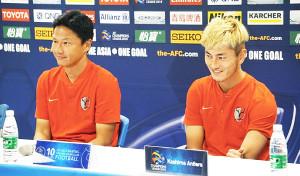 公式会見で笑顔を浮かべる大岩剛監督(左)とFW鈴木優磨