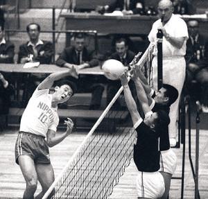 64年10月13日、韓国戦でスパイクを放つ森山輝久(左)。菅原らが奮闘し、バレー日本男子は54年前の東京大会で銅メダルを勝ち取った