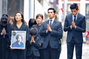 樹木希林さんの出棺に手を合わせる(左から)伽羅、玄兎君、浅田美代子、本木雅弘、雅樂(カメラ・小泉 洋樹)