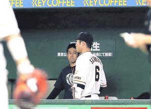 6回終了後、守備位置に向かわず、ベンチ裏に引き揚げて交代となった坂本勇(カメラ・酒井 悠一)