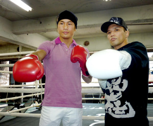 東日本大震災復興支援チャリティー・イベントでリングに上がった時の魔裟斗(左)と山本KID徳郁(2011年4月撮影)