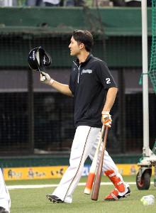 打撃練習のアナウンスでいじられる日本ハム・杉谷は、アナウンス嬢に一礼(カメラ・佐々木 清勝)