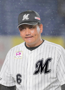 雨の中で指揮を執るロッテ・井口監督