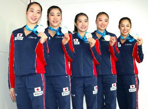 新体操の世界選手権団体種目別フープで銀メダルを獲得し、帰国した(左から)杉本、松原、横田、熨斗谷、鈴木