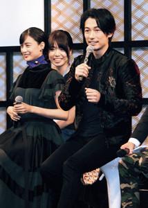 台北市内で行われた国際ドラマフェスティバルに出席したディーン・フジオカ(左端は山本美月)
