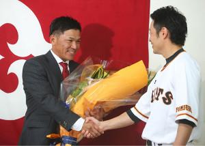 亀井から花束を贈られて笑顔を見せる脇谷(左)(カメラ・矢口 亨)