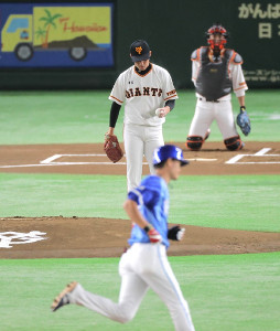 1回無死、大和(手前)に左翼席へソロ本塁打を打たれた吉川光(中央、捕手・小林)