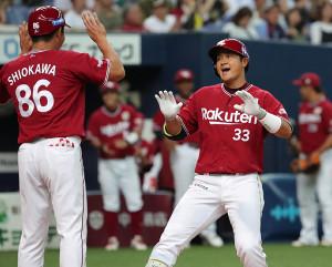 8回1死一、二塁、勝ち越しの右中間3ランを放ち、生還する銀次(カメラ・義村 治子)
