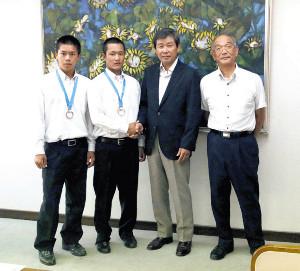 太田菊川市長(左から3人目)と石原市教育長を表敬訪問した根来(左端)と奈良間(左から2番目)