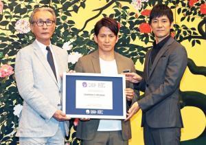 受賞した盾を披露しながらの舞台あいさつとなった岡田准一(中)、西島秀俊(右)、木村大作監督(カメラ・頓所 美代子)