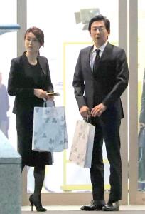 浜尾さんの通夜に訪れた雨宮塔子キャスター(左)と駒田健吾アナ