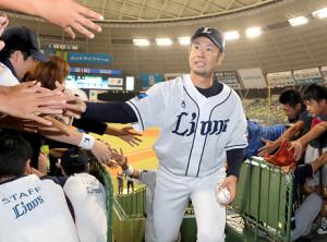 阪神から移籍1年目で自身初となる10勝目を挙げた榎田は、ファンと笑顔でタッチを交わした