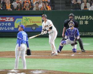 7回2死、マギーが右翼席へソロ本塁打を放つ(投手・東、捕手・伊藤)(カメラ・生澤 英里香)