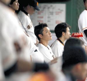 ベンチから厳しい表情で試合を見つめる坂本勇らナイン(カメラ・矢口 亨)
