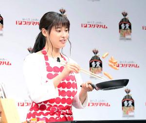 報道陣の前で弁当作りに挑戦した土屋太鳳