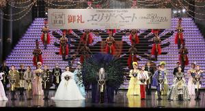 「エリザベート」が観客動員数250万人を達成し、終演後のセレモニーであいさつする月組トップスター・珠城りょう(中央)(C)宝塚歌劇団