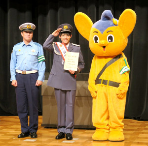 交通安全イベントで、池上警察署の一日署長を務めた辰巳ゆうと(中央)