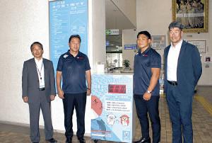 磐田市役所を表敬訪問したヤマハ発・清宮監督(左から2人目)と堀江主将(右から2人目)