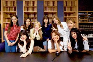 初のドラマ主題歌を歌うTWICEの(前列左から)モモ、ジヒョ、チェヨン(後列同)ナヨン、ツウィ、ダヒョン、ミナ、サナ、ジョンヨン
