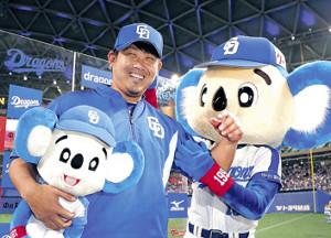 12年ぶりの日本球界勝利を挙げ、ドアラから手荒い祝福を受けた松坂