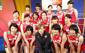 世界バレーに向けた会見で中田久美監督を囲むバレーボール女子日本代表